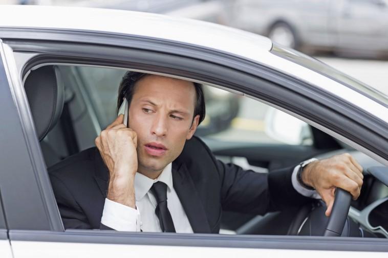 Neidvoller Blick auf das Auto des Nachbarn? Fast jedem zweiten Autofahrer ist es laut einer Umfrage schon einmal so ergangen.